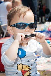 dobra Harmonijka ustna nauka gry w praktyce. dziecko grające na harmonijce.